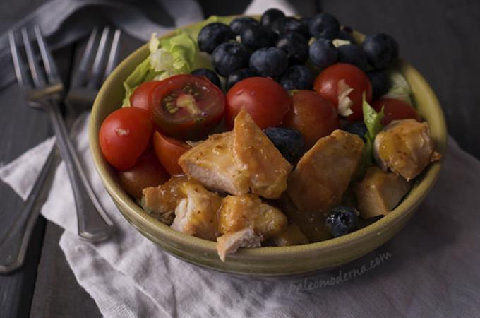 Ensalada multicolor de pollo con mermelada de higos