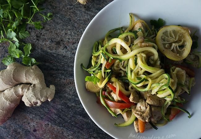 Noodles Thai de calabacín con pollo {paleo,whole30}